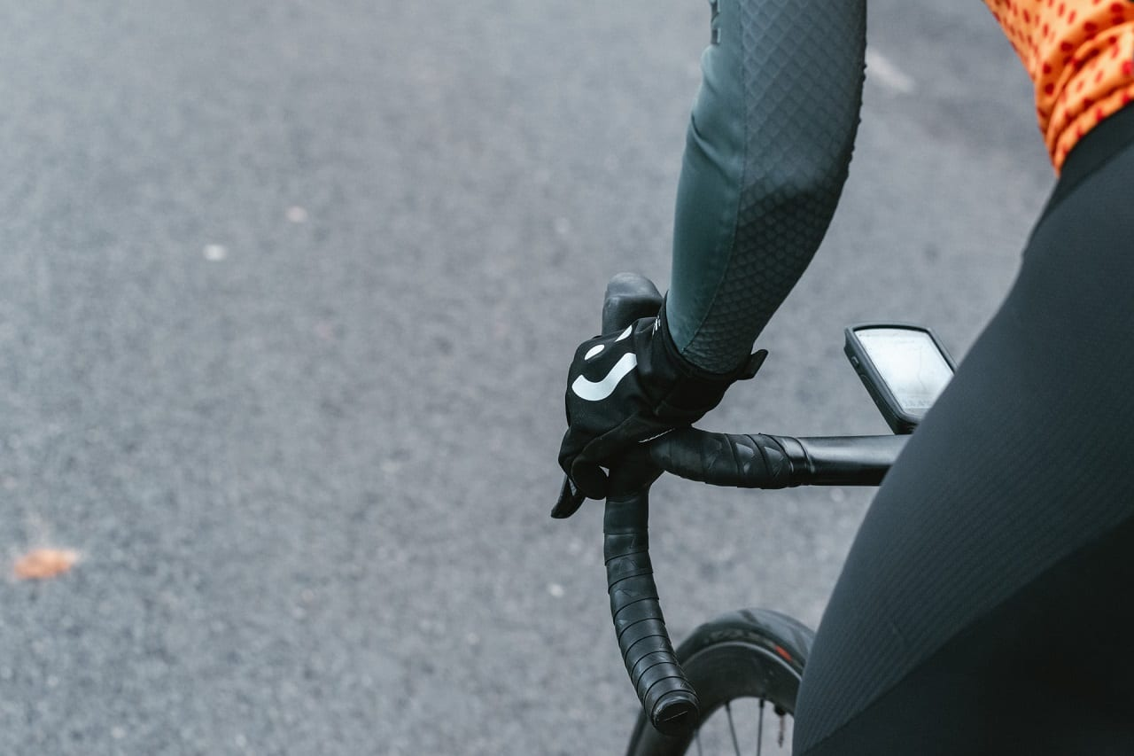 best mountain bike gloves buying guide featured image